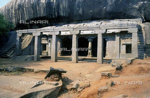 CAL-F-006687-0000 - Edificio con loggia sostenuta da colonne a ridosso di una roccia, nei pressi di Mahabalipuram, in India. L'area è formata da una serie di edifici sacri, costituiti da santuari sormontati da guglie o vimana e da piccoli tempietti all'interno di specchi d'acqua. Gli edifici sono ascrivibili alla cultura Tamil Nadu. - Data dello scatto: 1989 - 1991 - Archivi Alinari, Firenze