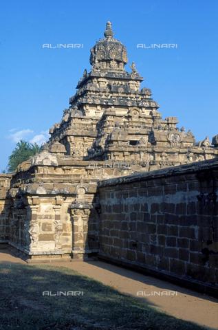 CAL-F-006689-0000 - Costruzione a ridosso di una recinzione, particolare del tempio Vaikunta Perumal, a Kanchipuram, nei pressi di Mahabalipuram, in India. La città è situata lungo la direttrice meridionale del Gange. L'opera rientra nella cultura Tamil Nadu. - Data dello scatto: 1989 - 1991 - Archivi Alinari, Firenze