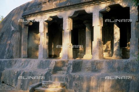 CAL-F-006691-0000 - Edificio scavato nella roccia, con loggia sostenuta da colonne, nei pressi di Mahabalipuram, in India. L'area è formata da una serie di edifici sacri, costituiti da santuari sormontati da guglie o vimana e da piccoli tempietti all'interno di specchi d'acqua. Gli edifici sono ascrivibili alla cultura Tamil Nadu. - Data dello scatto: 1989 - 1991 - Archivi Alinari, Firenze
