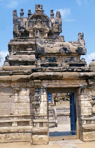 CAL-F-006693-0000 - Uno degli ingressi al tempio Kailasanatha, a Kanchipuram, nei pressi di Mahabalipuram, in India. La città è situata lungo la direttrice meridionale del Gange. L'edificio, appartenente all'arte Pallava, presenta un cortile interno con sculture di Shiva, accompagnato dai leoni mitici, o yali. - Data dello scatto: 1989 - 1991 - Archivi Alinari, Firenze