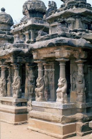 CAL-F-006697-0000 - Esterno del tempio Kailasanatha, a Kanchipuram, nei pressi di Mahabalipuram, in India; una serie di colonne con leoni sostengono l'edificio. La città è situata lungo la direttrice meridionale del Gange. L'edificio, appartenente all'arte Pallava, presenta un cortile interno con sculture di Shiva, accompagnato dai leoni mitici, o yali. - Data dello scatto: 1989 - 1991 - Archivi Alinari, Firenze