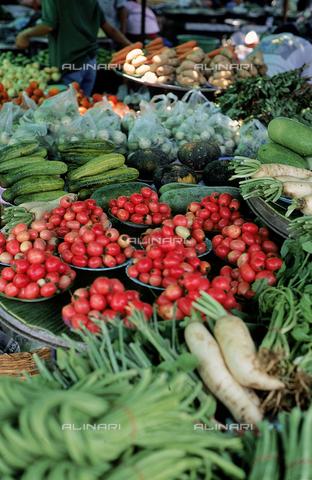 CAL-F-006747-0000 - Verdure esposte in un mercato di Bangkok, in Thailandia. - Data dello scatto: 1989 - 1991 - Archivi Alinari, Firenze