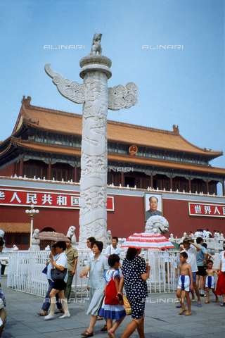CAL-F-006830-0000 - Una delle due colonne in marmo bianco scolpito, che indicano la Porta della Pace Celeste, Tian'an Men, ingresso al Palazzo Reale o Città proibita, a Pechino. La muratura esterna al complesso presenta la scritta: VIVA L'UNIONE DEI POPOLI DEL MONDO, affiancata dal ritratto di Mao Tse-tung. - Data dello scatto: 1989 - 1991 - Archivi Alinari, Firenze