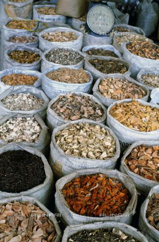 CAL-F-006973-0000 - Sacchi di alimenti essiccati in un negozio a Phnom Penh, capitale della Cambogia - Data dello scatto: 1990 ca. - Archivi Alinari, Firenze