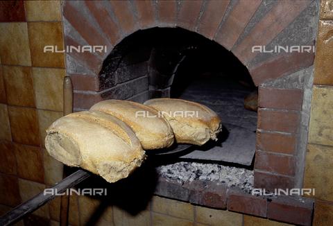 CAL-F-006985-0000 - Pane calabrese appena sfornato - Data dello scatto: 1990 ca. - Archivi Alinari, Firenze