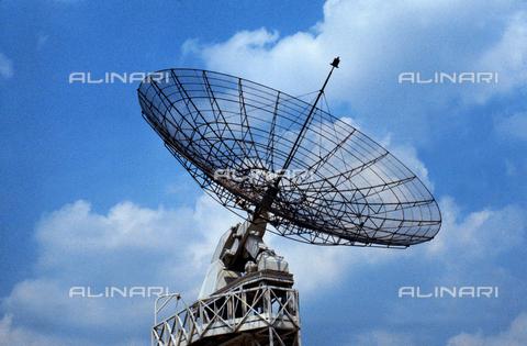 CAL-F-006997-0000 - Antenna parabolica alla 'Cité de la Science de la Villette' a Parigi - Data dello scatto: 1990 ca. - Archivi Alinari, Firenze