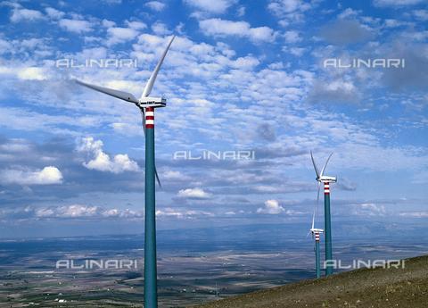 CAL-F-011040-0000 - Generatori eolici nel subapennino Dauno, Castelnuovo della Daunia (FG) - Data dello scatto: 2002 - Archivi Alinari, Firenze
