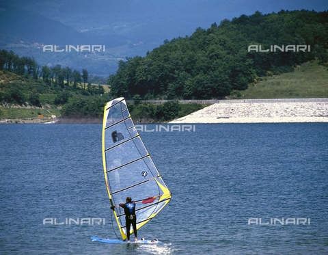 CAL-F-011834-0000 - Windsurfing on Lake Bilancino
