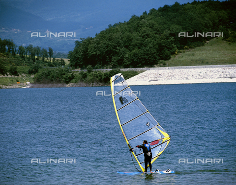 CAL-F-011841-0000 - Windsurfing on Lake Bilancino