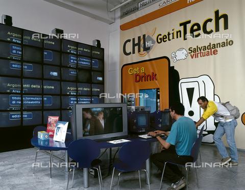 CAL-F-011873-0000 - Operatori della HL davanti ai monitor, Novoli, Firenze - Data dello scatto: 2002 - Archivi Alinari, Firenze