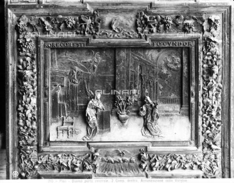 CGA-F-000215-0000 - Particolare della porta bronzea centrale del Duomo di Pisa, raffigurante l'Annunciazione - Data dello scatto: 1890-1900 ca. - Archivi Alinari, Firenze