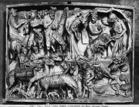 CGA-F-000279-0000 - Formella del Pulpito di Giovanni Pisano con l'Adorazione dei Magi, presso il Duomo di Pisa - Data dello scatto: 1890-1900 ca. - Archivi Alinari, Firenze