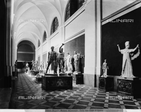 """CGA-F-004852-0000 - """"Sala dei Capi d'Opera"""", Sala del Museo Archeologico Nazionale di Napoli - Data dello scatto: 1890-1900 ca. - Archivi Alinari, Firenze"""