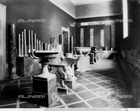 """CGA-F-004853-0000 - """"Sala delle Tazze"""", Sala del Museo Archeologico Nazionale di Napoli - Data dello scatto: 1890-1900 ca. - Archivi Alinari, Firenze"""