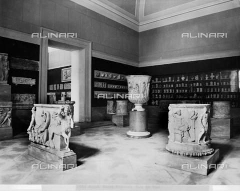 """CGA-F-004854-0000 - """"Sala dei vasi"""", Sala del Museo Archeologico Nazionale di Napoli - Data dello scatto: 1890-1900 ca. - Archivi Alinari, Firenze"""