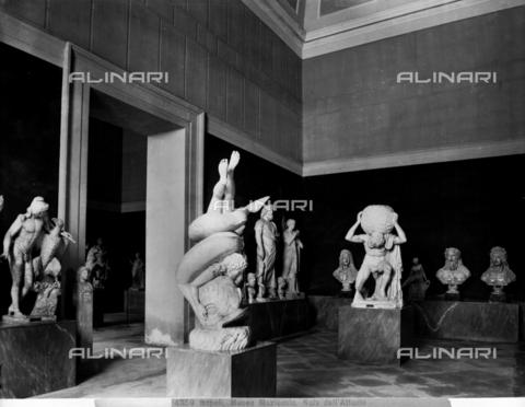 """CGA-F-004859-0000 - """"Sala dell'Atlante"""", Sala del Museo Archeologico Nazionale di Napoli - Data dello scatto: 1890-1900 ca. - Archivi Alinari, Firenze"""