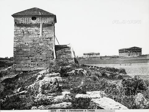 CGA-F-005079-0000 - Torre quadrata, anticamente parte delle mura di Paestum. Sullo sfondo, due templi dorici - Data dello scatto: 1890-1900 ca. - Archivi Alinari, Firenze