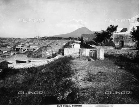 CGA-F-005170-0000 - Veduta generale degli scavi di Pompei, con sullo sfondo il Vesuvio in eruzione. - Data dello scatto: 1890-1900 ca. - Archivi Alinari, Firenze