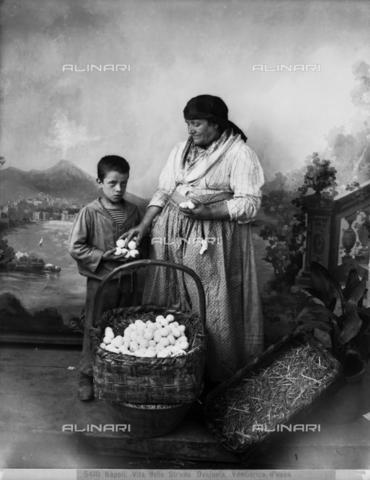 CGA-F-005410-0000 - Venditrice di uova, Napoli - Data dello scatto: 1885 ca. - Archivi Alinari, Firenze