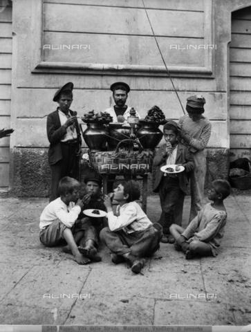 """CGA-F-005415-0000 - """"Maruzzaro"""", venditore di lumache, Napoli - Data dello scatto: 1890 ca. - Archivi Alinari, Firenze"""