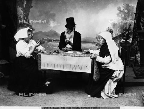 CGA-F-005419-0000 - Vita di strada a Napoli: lo scrivano pubblico - Data dello scatto: 1890 ca. - Archivi Alinari, Firenze