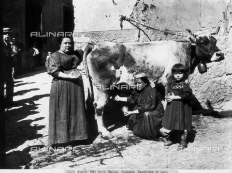 """CGA-F-005425-0000 - """"Vaccara"""" (venditrice di latte), Napoli - Data dello scatto: 1890 ca. - Archivi Alinari, Firenze"""