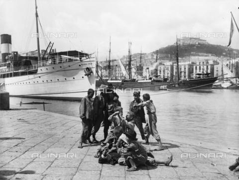 CGA-F-05404A-0000 - Children play by barrel on the pier of Naples harbor - Data dello scatto: 1890-1900 ca. - Archivi Alinari, Firenze