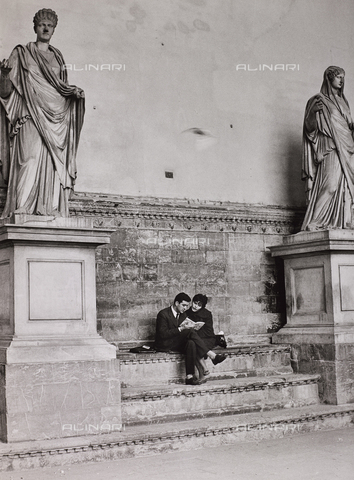 CGD-F-000070-0000 - A couple reads on the steps of the Loggia dei Lanzi, Florence - Data dello scatto: 1965 ca. - Fratelli Alinari Museum Collections-Corinaldi Donation, Florence