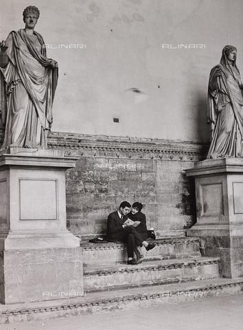 CGD-F-000070-0000 - Una coppia legge sui gradini della Loggia dei Lanzi, Firenze - Data dello scatto: 1965 ca. - Raccolte Museali Fratelli Alinari (RMFA)-donazione Corinaldi, Firenze