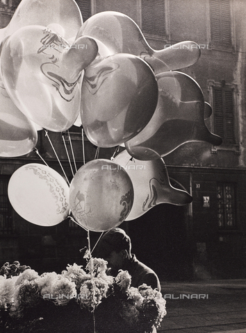 """CGD-F-000139-0000 - """"Grotesque"""", balloon seller - Date of photography: 1950 ca. - Fratelli Alinari Museum Collections-Corinaldi Donation, Florence"""