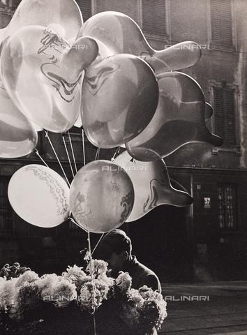 """CGD-F-000139-0000 - """"Grottesco"""", venditore di palloncini - Data dello scatto: 1950 ca. - Raccolte Museali Fratelli Alinari (RMFA)-donazione Corinaldi, Firenze"""