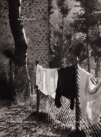 CGD-F-000284-0000 - Hanging clothes - Date of photography: 1955-1965 - Fratelli Alinari Museum Collections-Corinaldi Donation, Florence