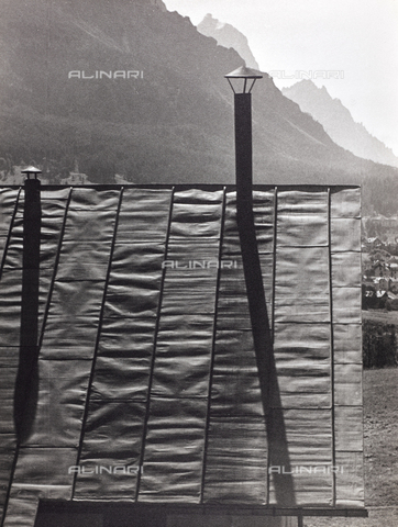 CGD-F-000314-0000 - Chimney pots on the roof of a cabin - Data dello scatto: 1955-1965 - Fratelli Alinari Museum Collections-Corinaldi Donation, Florence