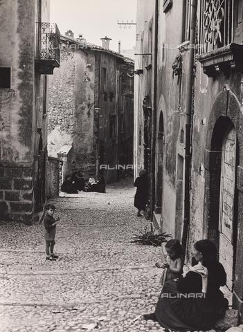 CGD-F-000462-0000 - Un paese della campagna toscana - Data dello scatto: 09/1973 - Raccolte Museali Fratelli Alinari (RMFA)-donazione Corinaldi, Firenze
