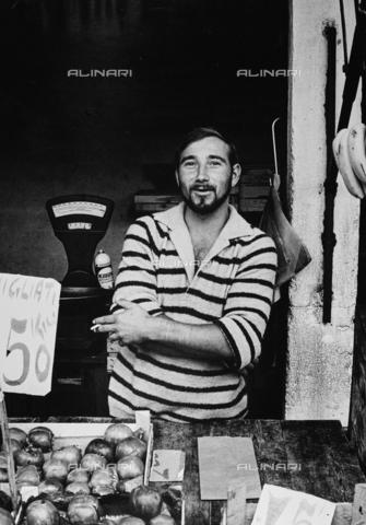 CGD-F-000726-0000 - Ritratto di fruttivendolo, Venezia - Data dello scatto: 1970 ca. - Raccolte Museali Fratelli Alinari (RMFA)-donazione Corinaldi, Firenze