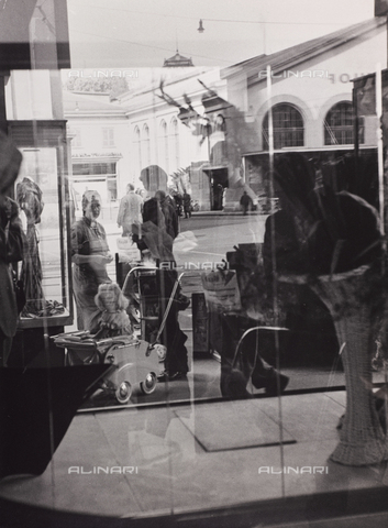 "CGD-F-000746-0000 - ""L'attesa"", reflected in a shop window - Data dello scatto: 1955-1965 - Fratelli Alinari Museum Collections-Corinaldi Donation, Florence"