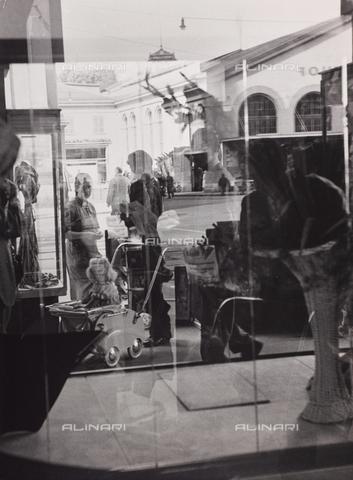 """CGD-F-000746-0000 - """"L'attesa"""", riflessi nella vetrina di un negozio - Data dello scatto: 1955-1965 - Raccolte Museali Fratelli Alinari (RMFA)-donazione Corinaldi, Firenze"""