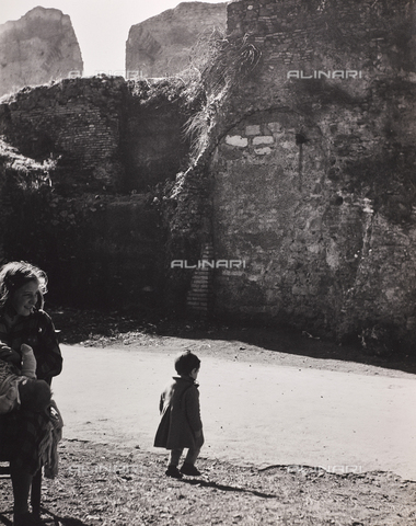 CGD-F-000771-0000 - Little girl at the Baths of Caracalla, Rome - Data dello scatto: 1955 ca. - Fratelli Alinari Museum Collections-Corinaldi Donation, Florence