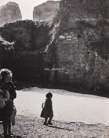 CGD-F-000771-0000 - Bambina alle Terme di di Caracalla, Roma - Data dello scatto: 1955 ca. - Raccolte Museali Fratelli Alinari (RMFA)-donazione Corinaldi, Firenze