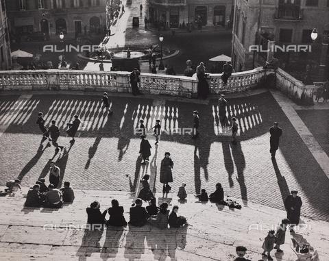 CGD-F-000772-0000 - Bambini giocano a calcio sulla scalinata di Trinità dei Monti, Roma - Data dello scatto: 1955 ca. - Raccolte Museali Fratelli Alinari (RMFA)-donazione Corinaldi, Firenze