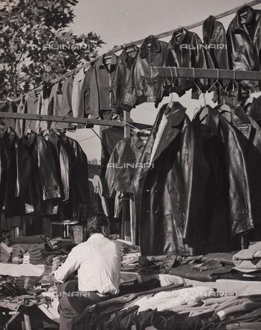 CGD-F-000777-0000 - Bancarella di giubbotti di pelle - Data dello scatto: 1955-1965 - Raccolte Museali Fratelli Alinari (RMFA)-donazione Corinaldi, Firenze