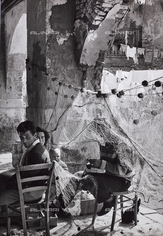 CGD-F-000815-0000 - Family and fishing nets - Data dello scatto: 1955-1965 - Fratelli Alinari Museum Collections-Corinaldi Donation, Florence