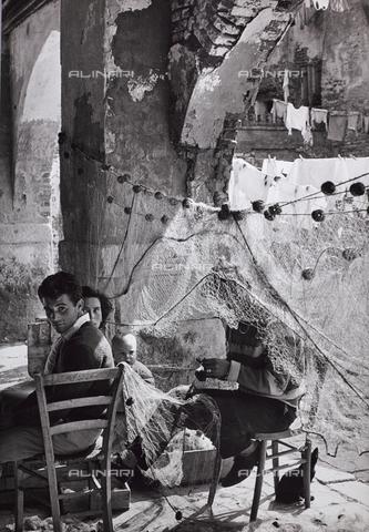 CGD-F-000815-0000 - Famiglia e reti da pesca - Data dello scatto: 1955-1965 - Raccolte Museali Fratelli Alinari (RMFA)-donazione Corinaldi, Firenze
