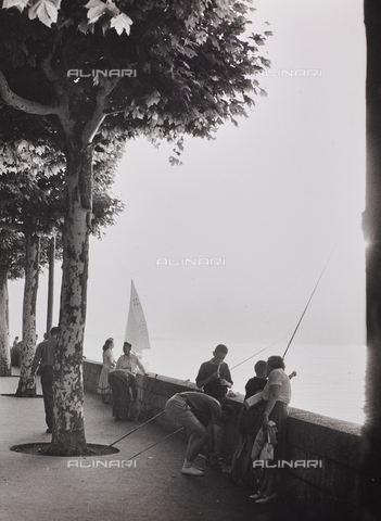 CGD-F-000950-0000 - People on the lakefront - Date of photography: 1955-1965 - Fratelli Alinari Museum Collections-Corinaldi Donation, Florence