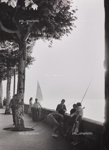 CGD-F-000950-0000 - Persone sul lungolago - Data dello scatto: 1955-1965 - Raccolte Museali Fratelli Alinari (RMFA)-donazione Corinaldi, Firenze