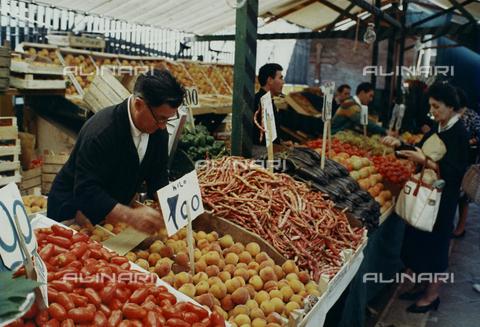 CGD-F-001048-0000 - Banco ortofrutticolo al mercato di Venezia - Data dello scatto: 1970 ca. - Raccolte Museali Fratelli Alinari (RMFA)-donazione Corinaldi, Firenze