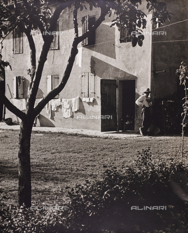 CGD-F-001123-0000 - House with extended laundry - Data dello scatto: 1955-1965 - Fratelli Alinari Museum Collections-Corinaldi Donation, Florence