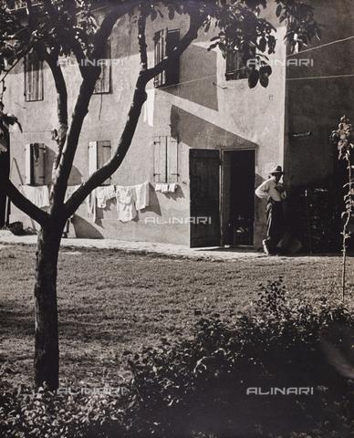 CGD-F-001123-0000 - Casa con bucato steso - Data dello scatto: 1955-1965 - Raccolte Museali Fratelli Alinari (RMFA)-donazione Corinaldi, Firenze