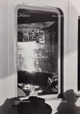 CGD-F-001134-0000 - Riflesso nel vetro di una località balneare - Data dello scatto: 1955-1965 - Raccolte Museali Fratelli Alinari (RMFA)-donazione Corinaldi, Firenze
