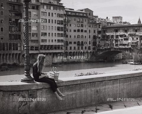 CGD-F-001680-0000 - Ragazza seduta sul muretto del lungarno degli Acciaioli; a destra ponte Vecchio - Data dello scatto: 1960 ca. - Raccolte Museali Fratelli Alinari (RMFA)-donazione Corinaldi, Firenze